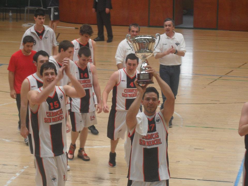 Amaury con el trofeo que acreditó al equipo como vencedor de la Final a 4, Campeón de Gipuzkoa 2011 - 2012 y ascenso a Liga Autonómica